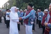 Bupati Sri Sumarni Sambut Kedatangan Jamaah Haji Kloter 46ICON